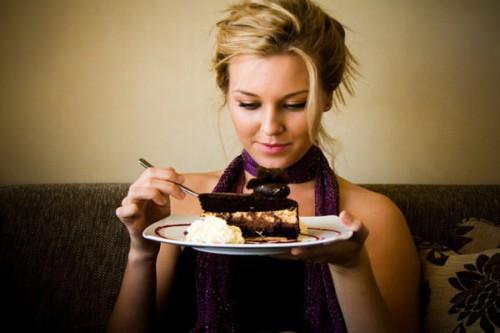 Vuoi dimagrire? La nuova teoria: mangia quello che vuoi ma digiuna per 12 ore al giorno