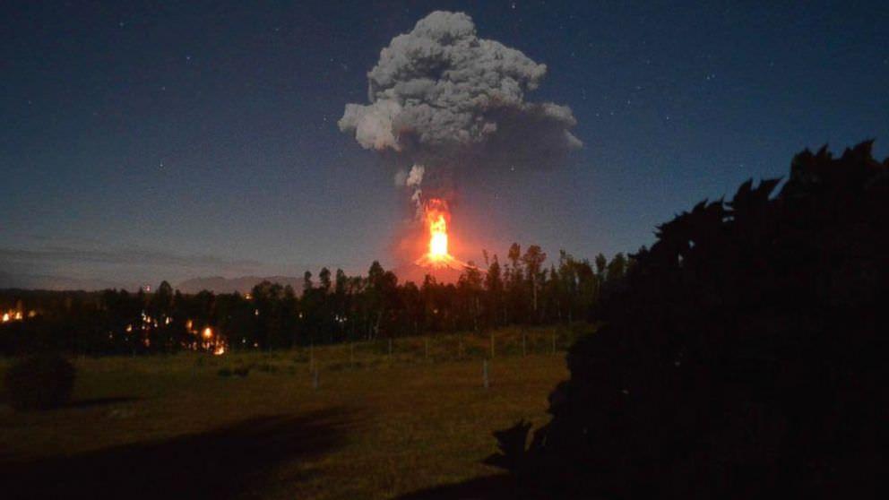 Eruzione vulcano Villarica, Cile: imponente esplosione costringe migliaia di persone all'evacuazione