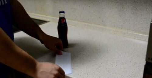 Ecco come aprire una birra con un foglio di carta