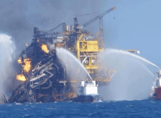 Incendio in una piattaforma petrolifera in Messico: possibile catastrofe ambientale