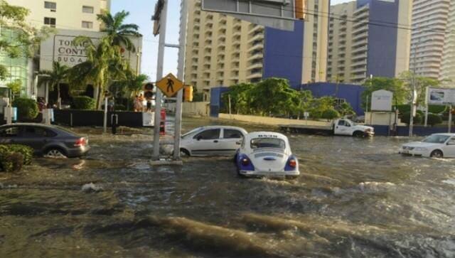 Onde alte diversi metri devastano il litorale di Acapulco, un morto: il video