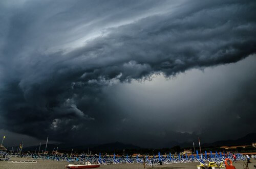 Violenti temporali in Toscana, immagini eccezionali dalla Versilia