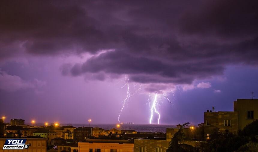 Nubifragio nella notte a Milano, tempesta di fulmini tra Liguria e Toscana, il video