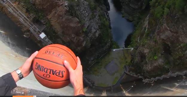 Lascia cadere il pallone nel vuoto: video dell'effetto di Magnus