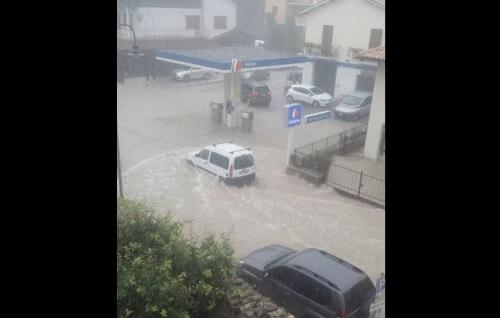 Maltempo Marche: alluvione lampo a Visso, strade come fiumi