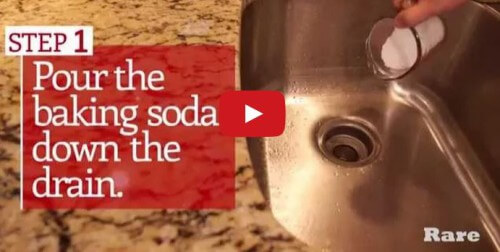 Come pulire lo scarico otturato del lavandino in modo veloce: usare aceto, bicarbonato e acqua bollente