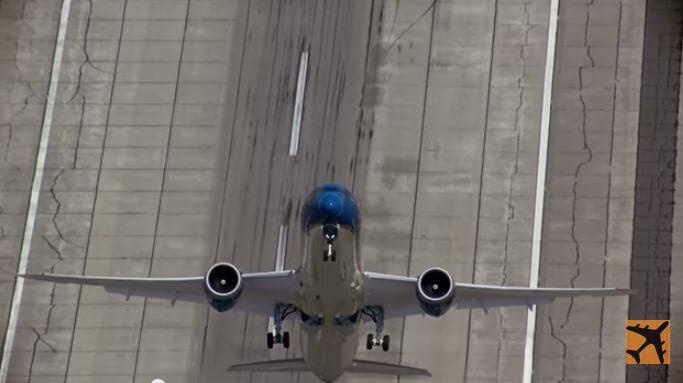 Il Boeing 787-9 Dreamliner che decolla in verticale: uno spettacolo pazzesco