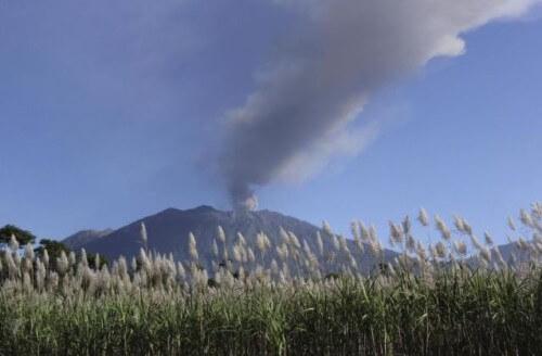 Eruzione vulcano Raung: 5 aeroporti chiusi, migliaia di passeggeri bloccati