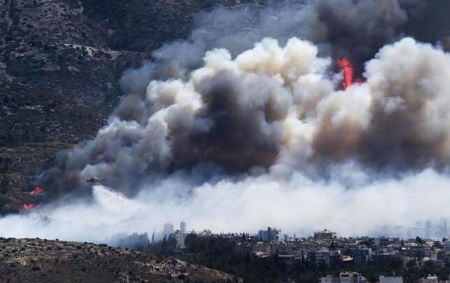 Incendio alle porte di Atene, una vittima e fiamme alte decine di metri