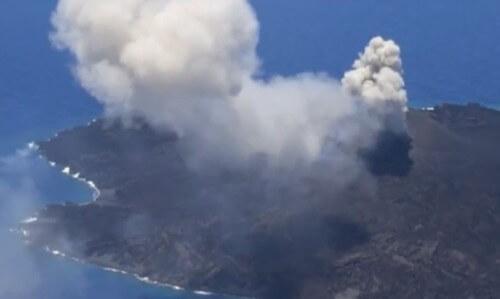 L'isola vulcanica giapponese che continua a crescere