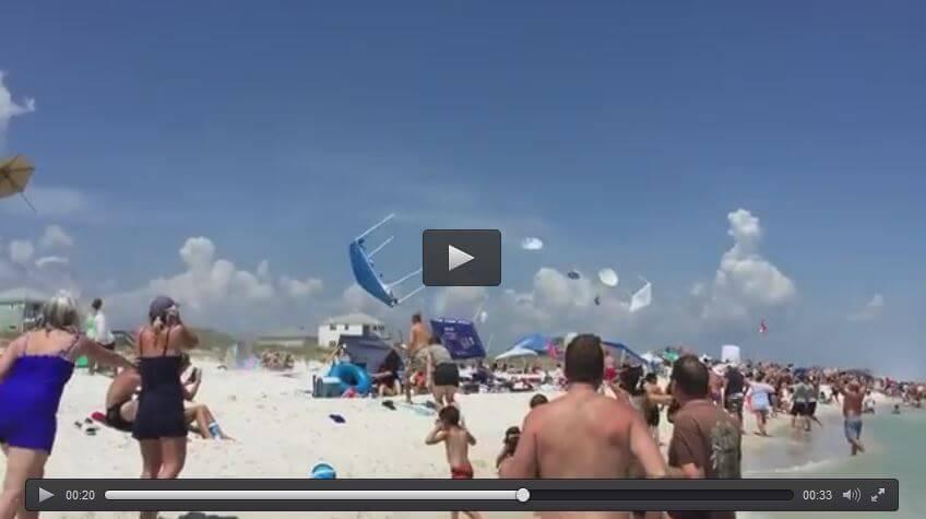 Jet acrobatici sollevano ombrelloni in spiaggia, il video