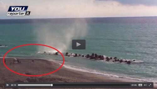 Tromba marina Capo d'Orlando, le persone sfidano la natura e restano sotto al vortice, il video