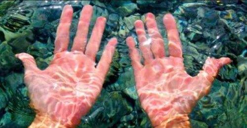 Dita raggrinzite dopo una nuotata. Perchè succede?