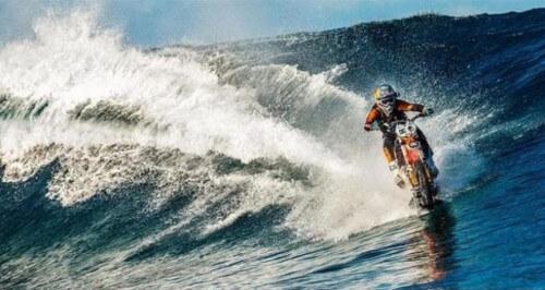 Con la moto sfida le onde, l'impresa di Robbie Maddison