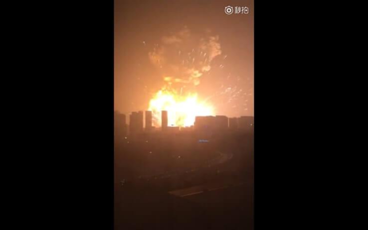 Esplosione a Tianjin, Cina: disastro nel porto, 50 vittime ed edifici distrutti
