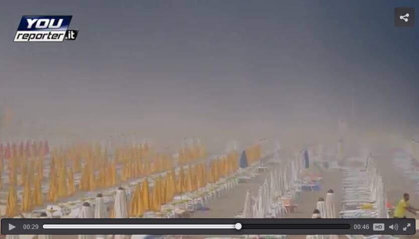 Tempesta di sabbia a Lignano a causa di un violento temporale, il video