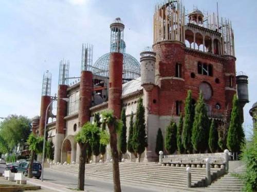 Costruisce una cattedrale usando solo materiali di recupero