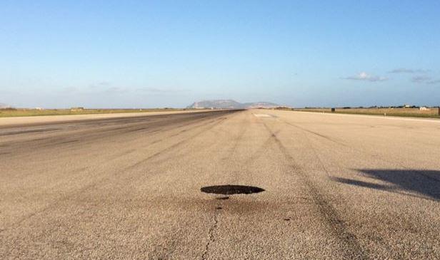 Fulmine in aeroporto a Trapani, cratere nell'asfalto