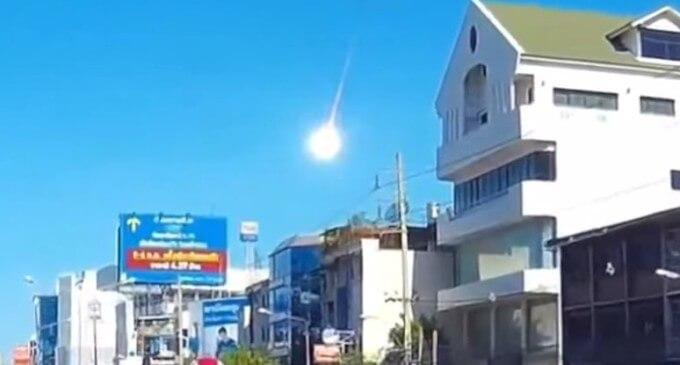 Gigantesca palla di fuoco sui cieli di Bangkok, le immagini