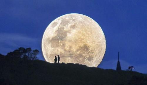 """Stasera è la """"Notte della Luna"""", centinaia di eventi in tutto il mondo per osservare il satellite"""