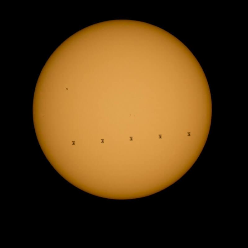 La Stazione Spaziale transita davanti al Sole, le incredibili immagini