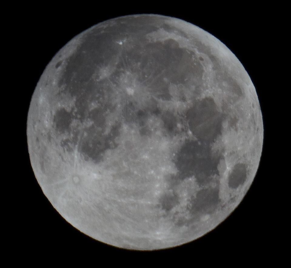 Inizia l'eclissi di Luna appena iniziata: siamo nella fase penombrale