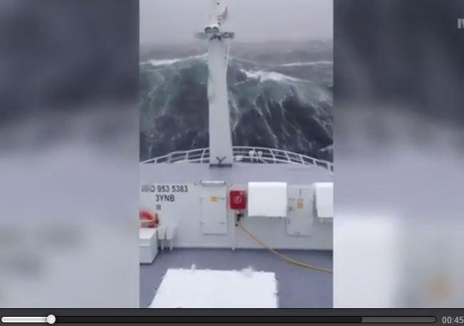 Mare in tempesta in Norvegia, peschereccio affronta onde alte 12 metri
