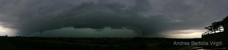 Maltempo Toscana, temporale violentissimo sul Nord della regione, grossa shelf cloud