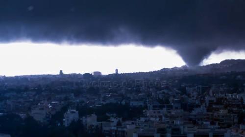 Tornado si abbatte su Atene, Grecia, ci sono danni