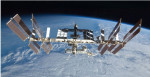 Stazione Spaziale Internazionale transita davanti la luna
