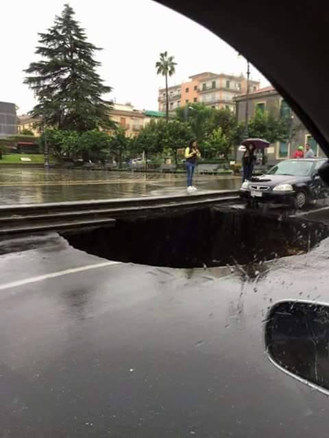 Valverde, gigantesca voragine si forma in Corso Vittorio Emanuele, auto al suo interno