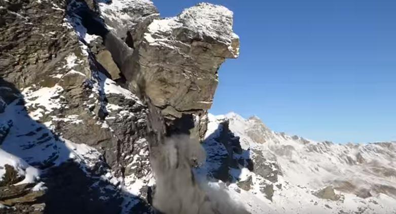 Enorme frana sul Mel de la Niva, Svizzera: crolla una parete di roccia alta decine di metri in diretta video