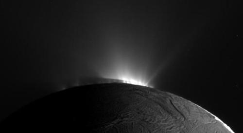 Encelado, Cassini si avvicina ai geyser