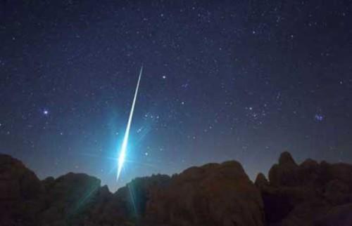Enorme meteorite sorvola i cieli del Sud Italia, boom di segnalazioni in Calabria
