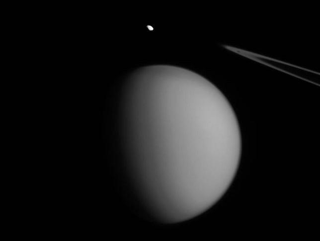 Ecco la foto di Pandora, un piccolo satellite di Saturno