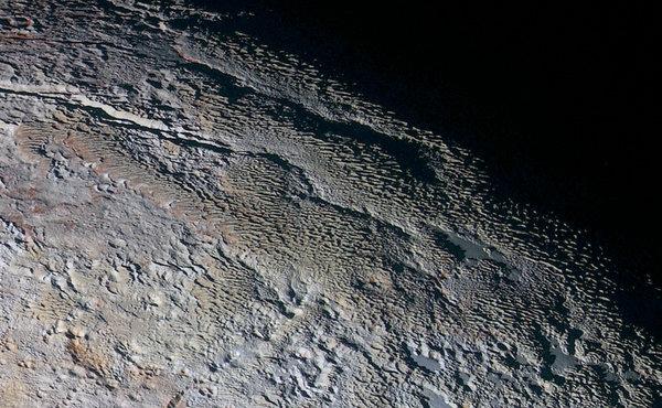 Plutone, le strane squame avvistate sulla superficie