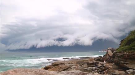 Meteo Sydney: straordinaria shelf cloud sorvola la città, il video