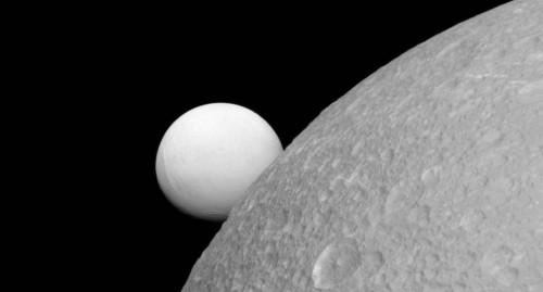 La luminosità di Encelado in un'immagine di Cassini