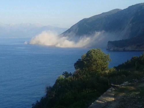 Terremoto Grecia, le frane sulla costa di Lefkada viste dal mare