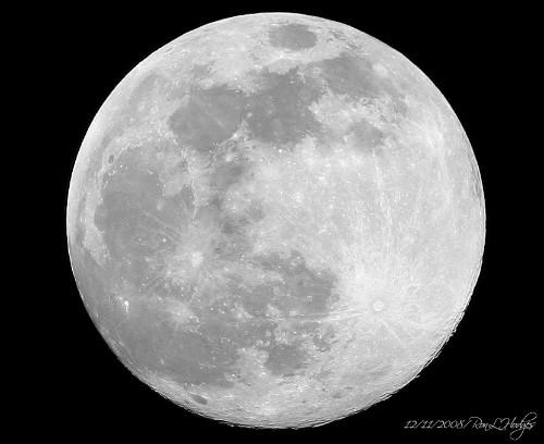 Le dimensioni della Luna stanno lentamente diminuendo