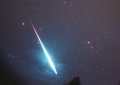 Meteorite avvistato poco fa al Centro-Sud: straordinaria scia luminosa color blu