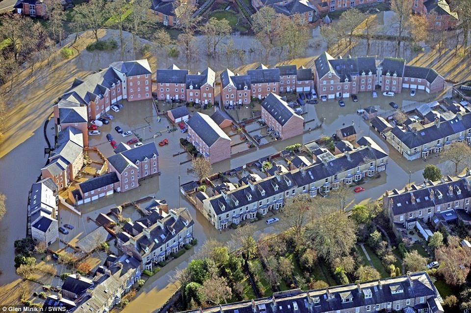 Alluvioni in Inghilterra, York sotto acqua e fango, e stanno arrivando nuove perturbazioni