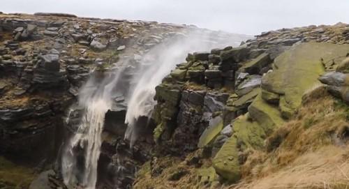 Inghilterra: una cascata scorre al contrario a causa del vento