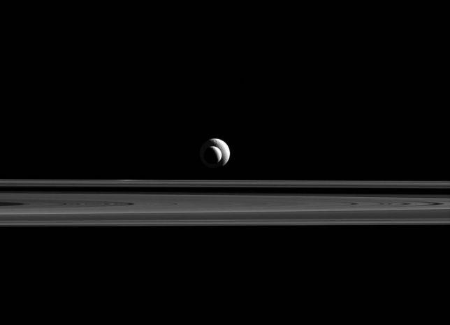 Encelado e Teti nella foto di Cassini, la spettacolare congiunzione
