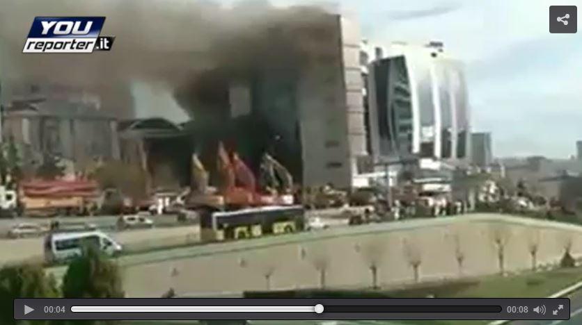 Istanbul, incendio in un albergo in costruzione, il video