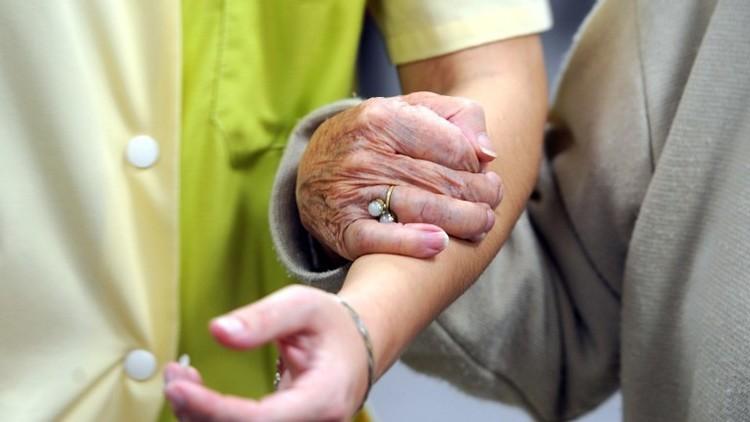 Alzheimer, potrebbe trasmettersi da persona a persona