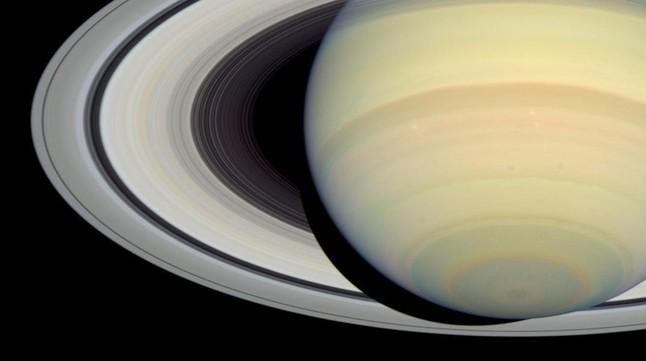 Spazio: Cassini si prepara a tuffarsi tra gli anelli interni di Saturno