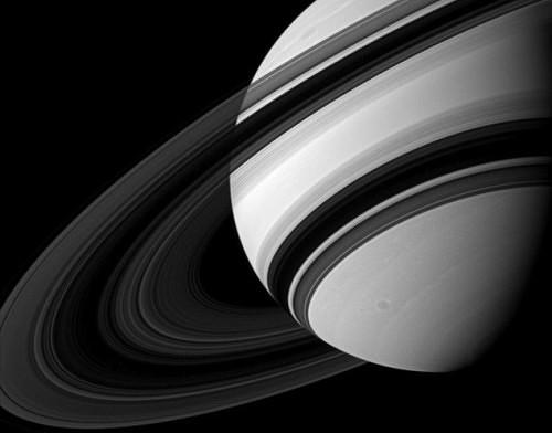 Saturno, spuntano delle aree opache negli anelli