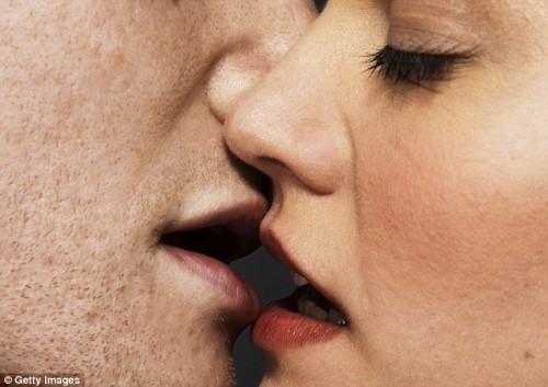 Con un bacio si possono trasmettere fino ad 80 milioni di microbi