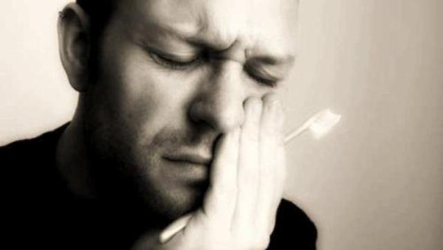 Dormire a bocca aperta può causare problemi ai denti